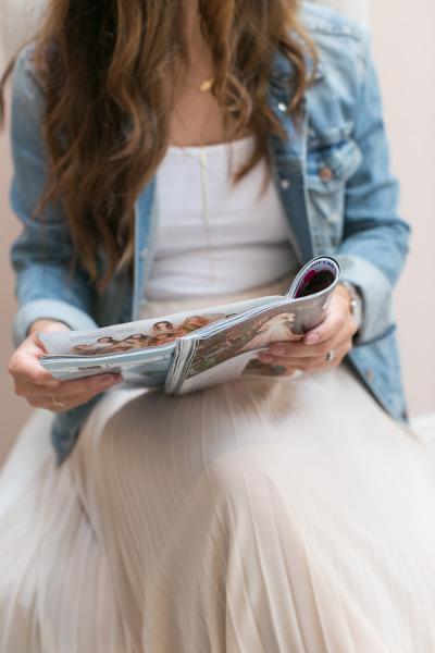 Novia leyendo revista de bodas
