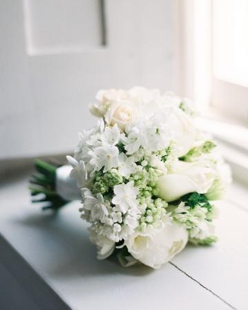 Bouquet de Novia flores blancas incluye peonías, ranúnculos y anémonas.